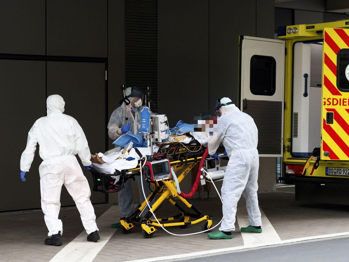 Foto: Traslado de un paciente en Dresde (EFE)