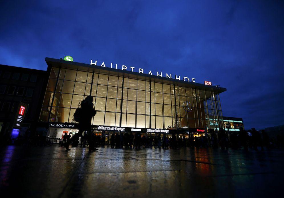Foto: Ciudadanos alemanes caminan ante la principal estación de tren de Colonia, el 5 de enero de 2016 (Reuters).