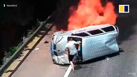 Un motorista se juega la vida y evita que tres personas se quemen vivas