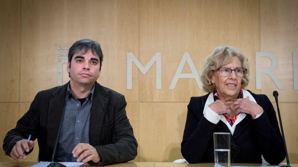 Foto: La alcaldesa de Madrid, Manuela Carmena acompañada por el edil  Jorge García Castaño. (EFE)