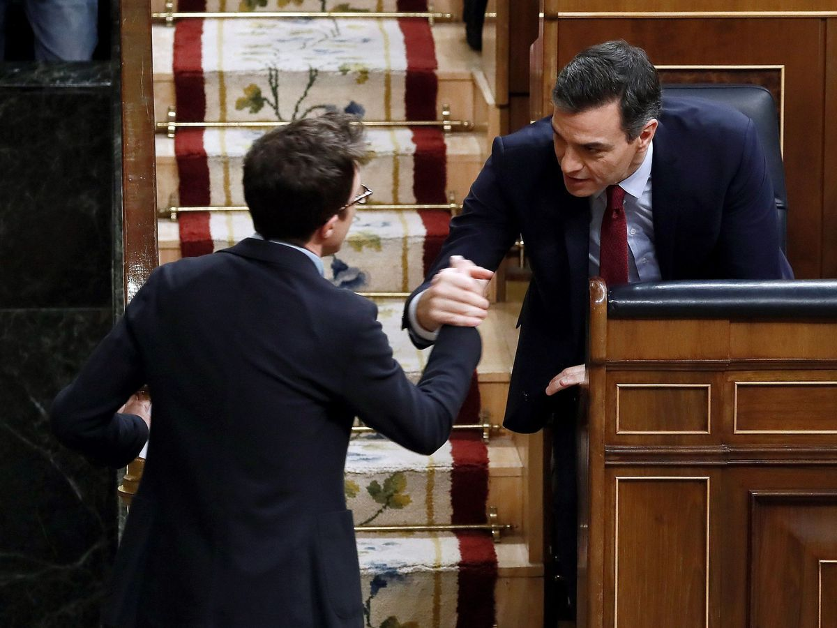 Foto: Sánchez saluda a Errejón en el Congreso. (EFE)