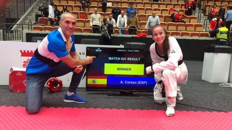 Adriana Cerezo junto a su entrenador, Jesús Ramal. (Fotografía cedida)