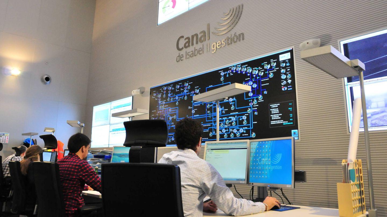 Empleados del Canal de Isabel II, en uno de los puestos de control del organismo. (EFE)