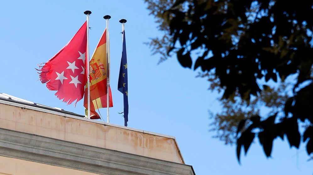 Foto: Bandera de la Comunidad de Madrid hecha prácticamente jirones. (EC)