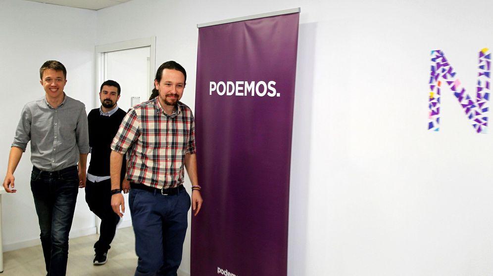 Foto: El líder de Podemos, Pablo Iglesias (d), junto a Íñigo Errejón (i) y el secretario general de la formación en Madrid, Ramón Espinar (c), en la sede del partido. (EFE)