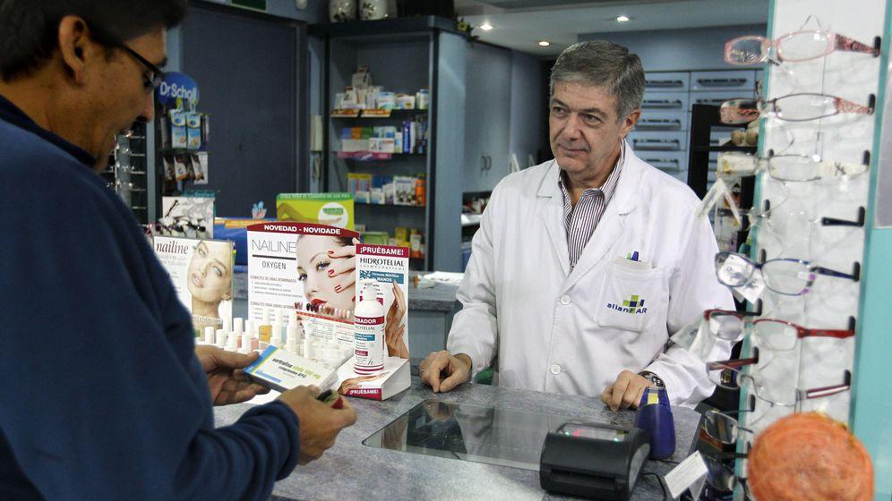 Foto: Un hombre compra un medicamento en una farmacia. (EFE)