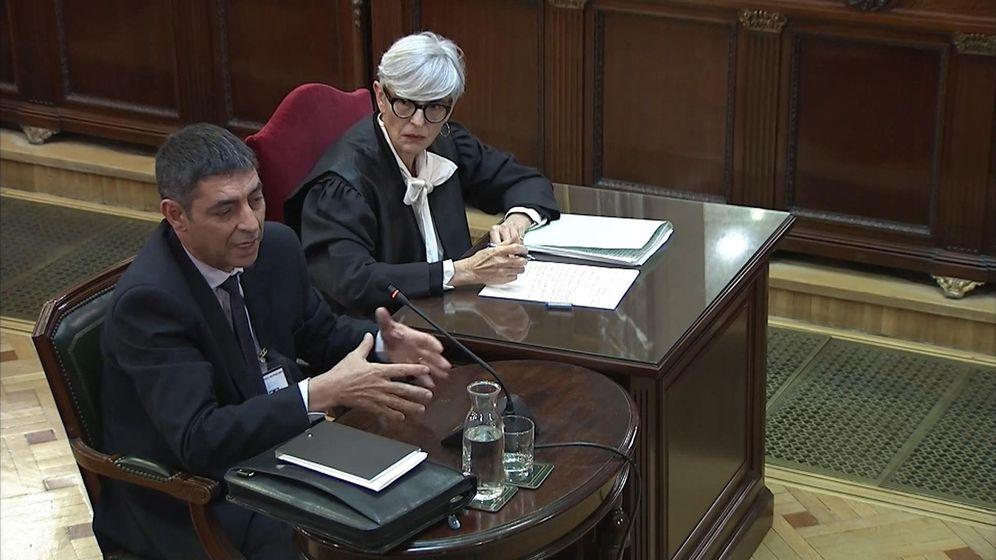 Foto: Josep Lluís Trapero, jefe de los Mossos d'Esquadra durante el 1-O, y su abogada, Olga Tubau. (EFE)