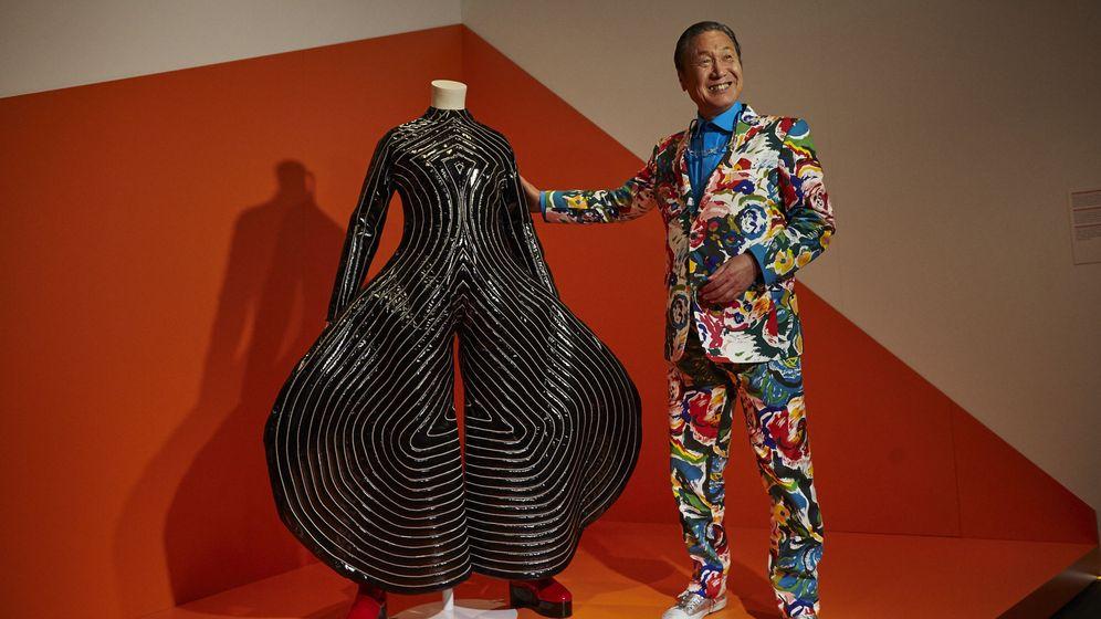Foto: El diseñador de moda japonés Kansai Yamamoto, junto a uno de sus diseños para David Bowie. (EFE)