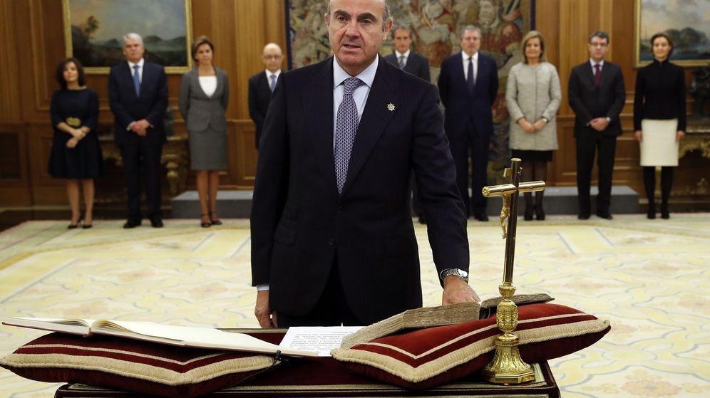 Foto: Luis de Guindos jura su cargo ante el Rey para la formación del nuevo Gobierno de Rajoy. (EFE)