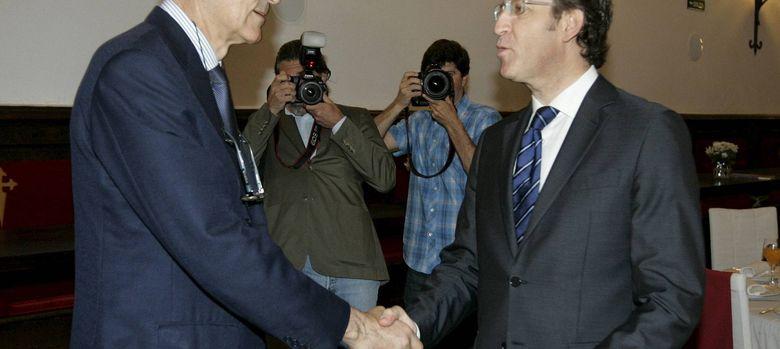 Foto: Núñez Feijóo (d) saluda al presidente ejecutivo de Novagalicia Banco, José María Castellano. (EFE)