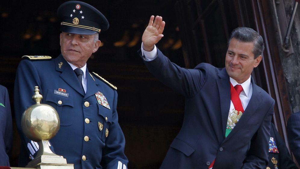 Foto:  El presidente de México Enrique Peña Nieto (d) saluda junto al secretario de la Defensa Nacional Salvador Cienfuegos en 2017. (EFE)