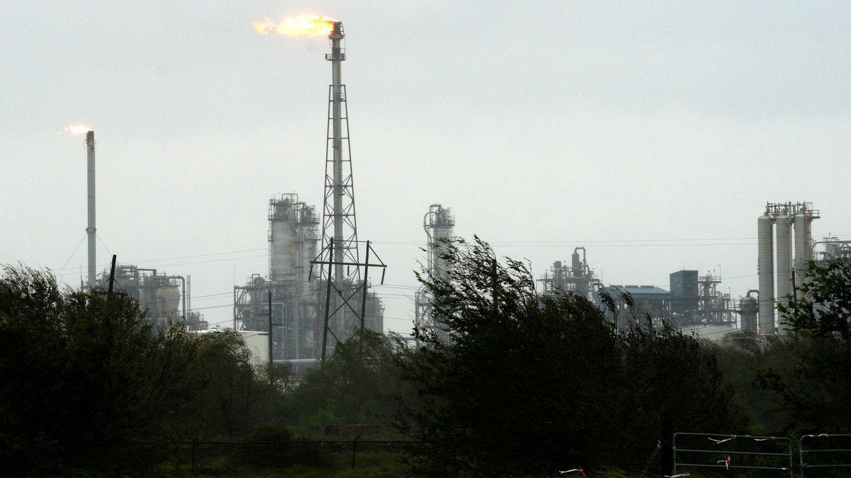 Foto: Una refinería opera durante el huracán Harvey cerca de Seadrift, Texas, el 26 de agosto de 2017. (Reuters)