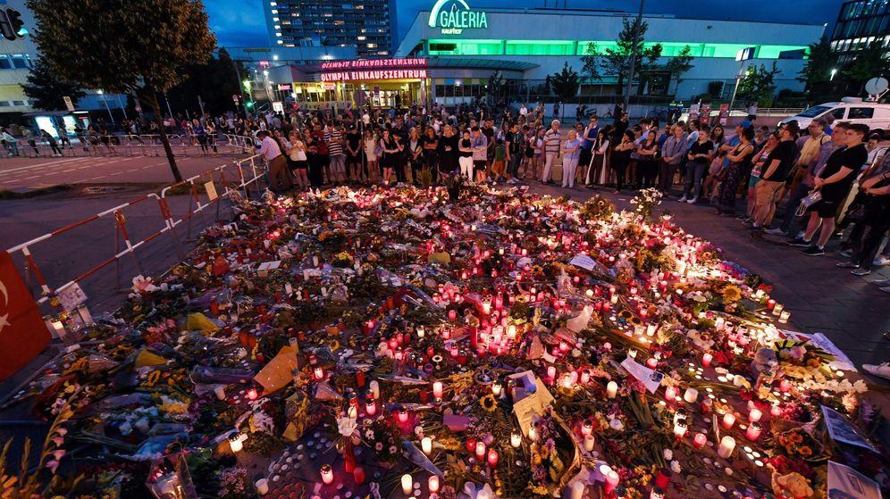 Foto: Velas y flores junto al centro comercial donde ocurrió el tiroteo de Múnich, Alemania. (EFE)