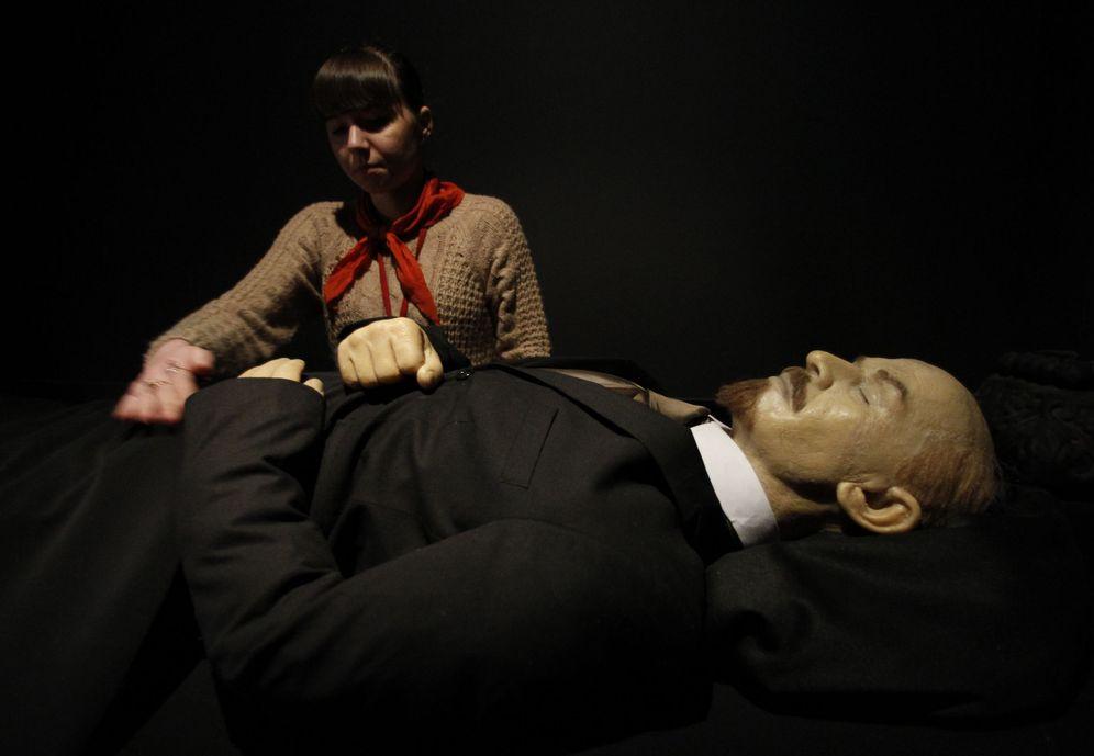 Foto: Una trabajadora prepara una figura de Vladimir Lenin en el Museo de la Unión Soviética, en Moscú, en febrero de 2013. (Reuters)