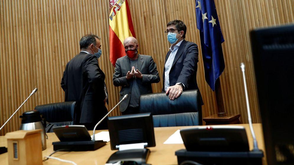 Foto: Unai Sordo (c) conversa con Enrique Santiago Romero (i) y Patxi López (d) antes de su comparecencia en la comisión de reconstrucción del Congreso. (EFE)