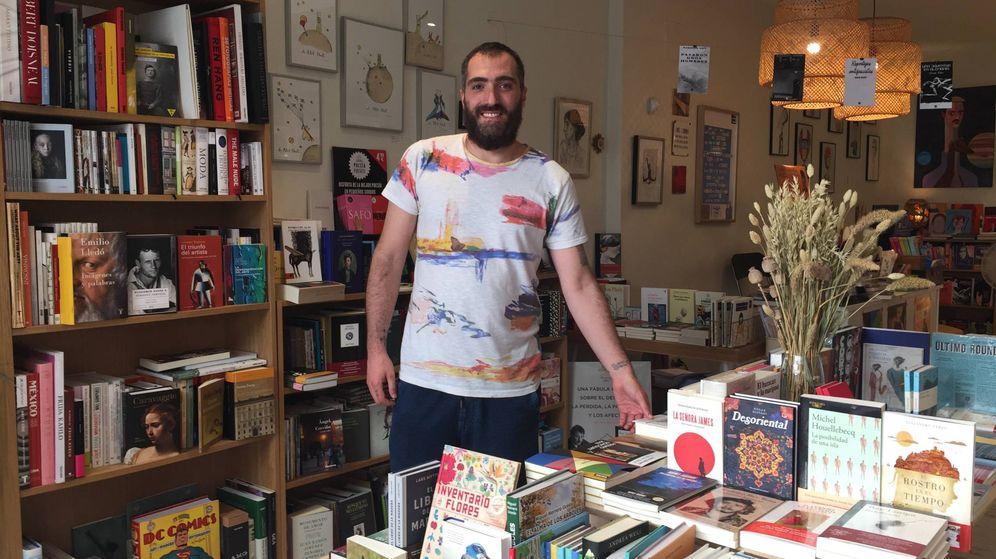 Foto: Rafa regenta la librería 'Nakama' de la calle Pelayo. Lamenta que la actividad cultural del Orgullo haya quedado relegada. (P.E.)
