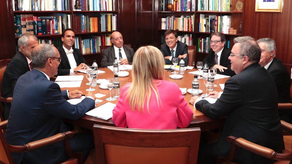 Foto: La presidenta de la Comunidad de Madrid junto a los rectores de las seis universidades públicas y el consejero de Educación.