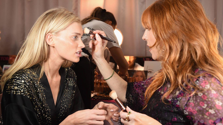 Charlotte Tilbury, maquillando a Elsa Hosk en el desfile de Victoria's Secret de 2018. (Getty)