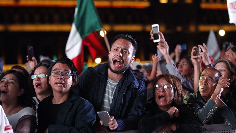 Cientos de simpatizantes del candidato izquierdista Andrés Manuel López Obrador esperan su llegada tras su victoria. (EFE)