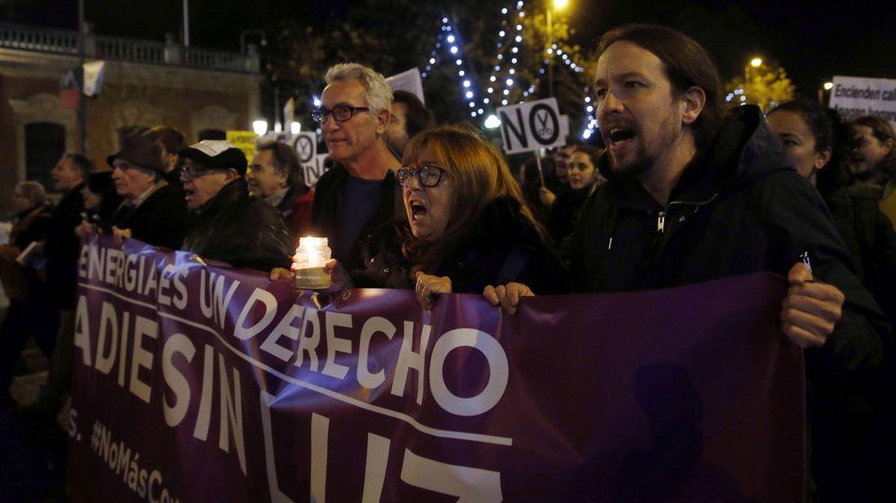 Foto: El líder de Podemos, Pablo Iglesias (d), asiste a la manifestación que la plataforma #NoMásCortesDeLuz el pasado mes de diciembre. (EFE)