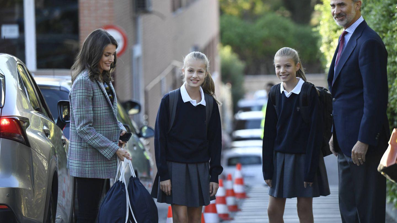 La princesa Leonor y la infanta Sofía junto a los Reyes en el colegio Santa María de los Rosales. (Limited Pictures)