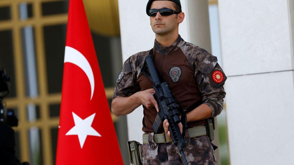 Foto: Un miembro de las fuerzas especiales de la policía turca monta guardia en la entrada del Palacio Presidencial en Ankara, el 5 de agosto de 2016 (Reuters)