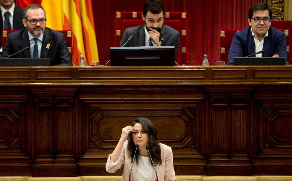 Foto: La líder y portavoz de Ciutadans, Inés Arrimadas, durante su intervención de este miércoles en el Parlament. (EFE)