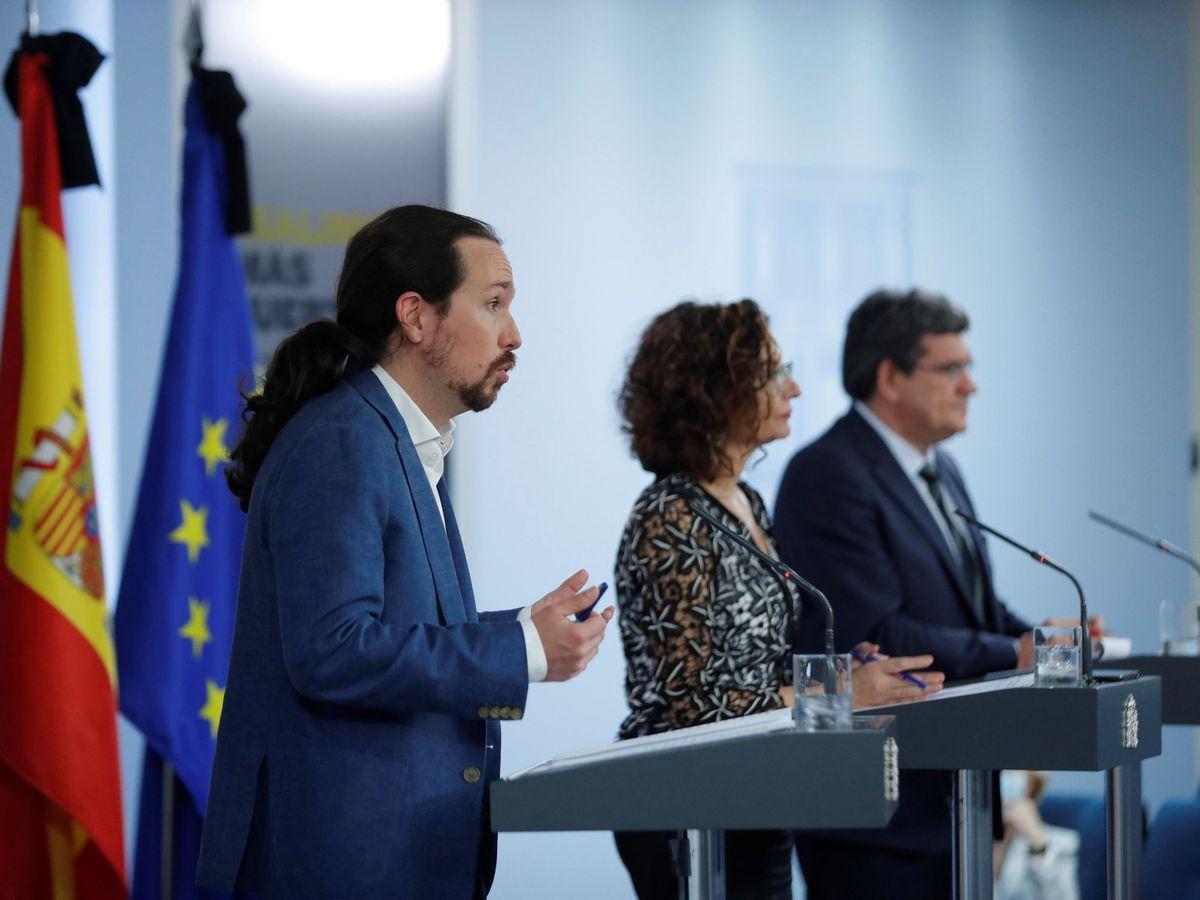 Foto: El vicepresidente del Gobierno, Pablo Iglesias, junto a María Jesús Montero y José Luis Escrivá. (EFE)