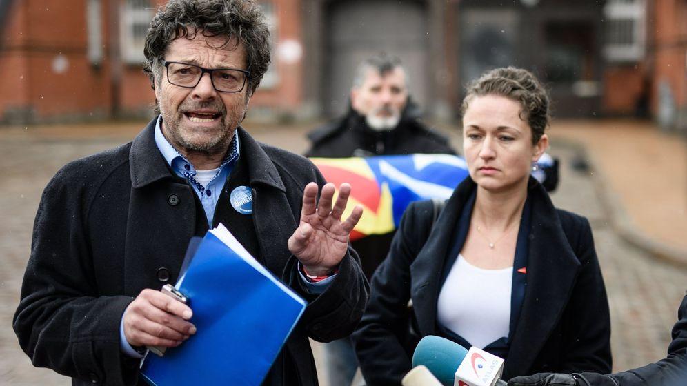 Foto: Los políticos alemanes Diether Dehm y Zaklin Nastic, tras visitar a Puigdemont. (Reuters)
