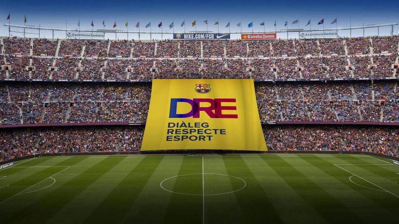 El Barcelona sigue en política: pancarta e invitación al palco a Òmnium y ANC