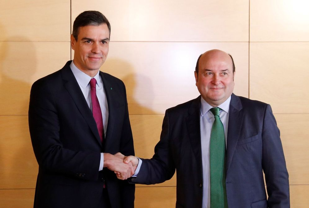 Foto: Sánchez y Ortúzar se saludan tras el acuerdo con el PNV para facilitar su investidura. (EFE)