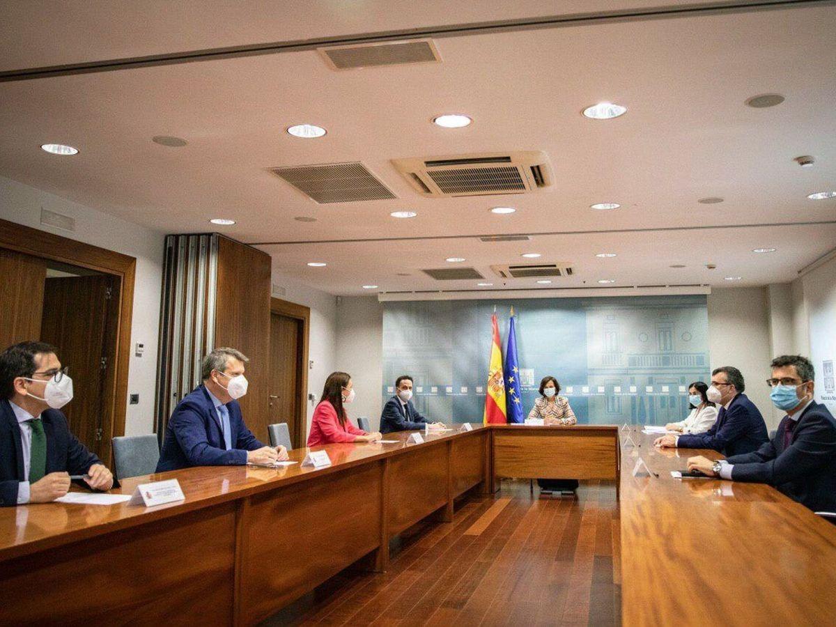 Foto: La vicepresidenta Carmen Calvo (c) y la ministra de Política Territorial, Carolina Darias (3d), durante la reunión con una delegación de Cs, encabezada por el portavoz adjunto, Edmundo Bal (4-i), en la Moncloa. (EFE)