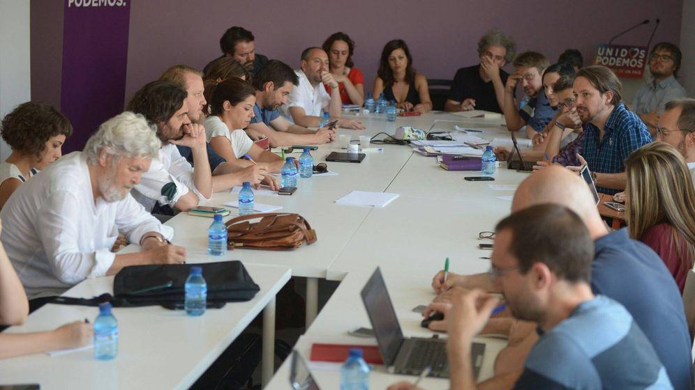 Foto: Los representantes de las confluencias, Izquierda Unida y Podemos durante la reunión en una fotografía hecha pública por Pablo Echenique.