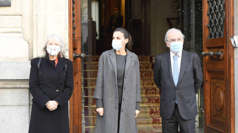El detalle del look gris de la reina Letizia que te convence o te espanta