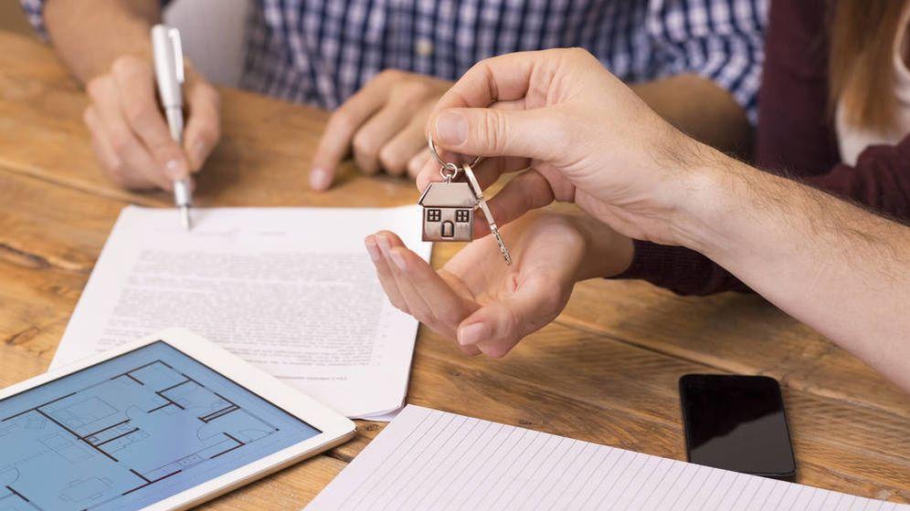 Foto: Si rompo con mi pareja y deja el piso, ¿debo firmar un nuevo contrato de alquiler? (Corbis)