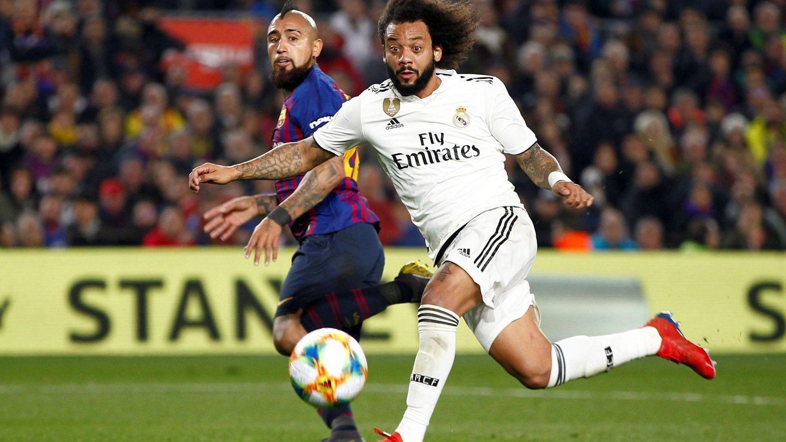 Foto: Marcelo pelea por un balón con Arturo Vidal en el Camp Nou. (EFE)