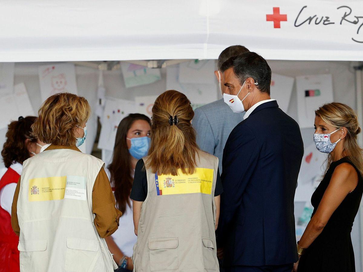Foto: El presidente del Gobierno, Pedro Sánchez, y la vicepresidenta segunda, Yolanda Díaz, durante su visita al centro de acogida temporal de Torrejón de Ardoz. (EFE)