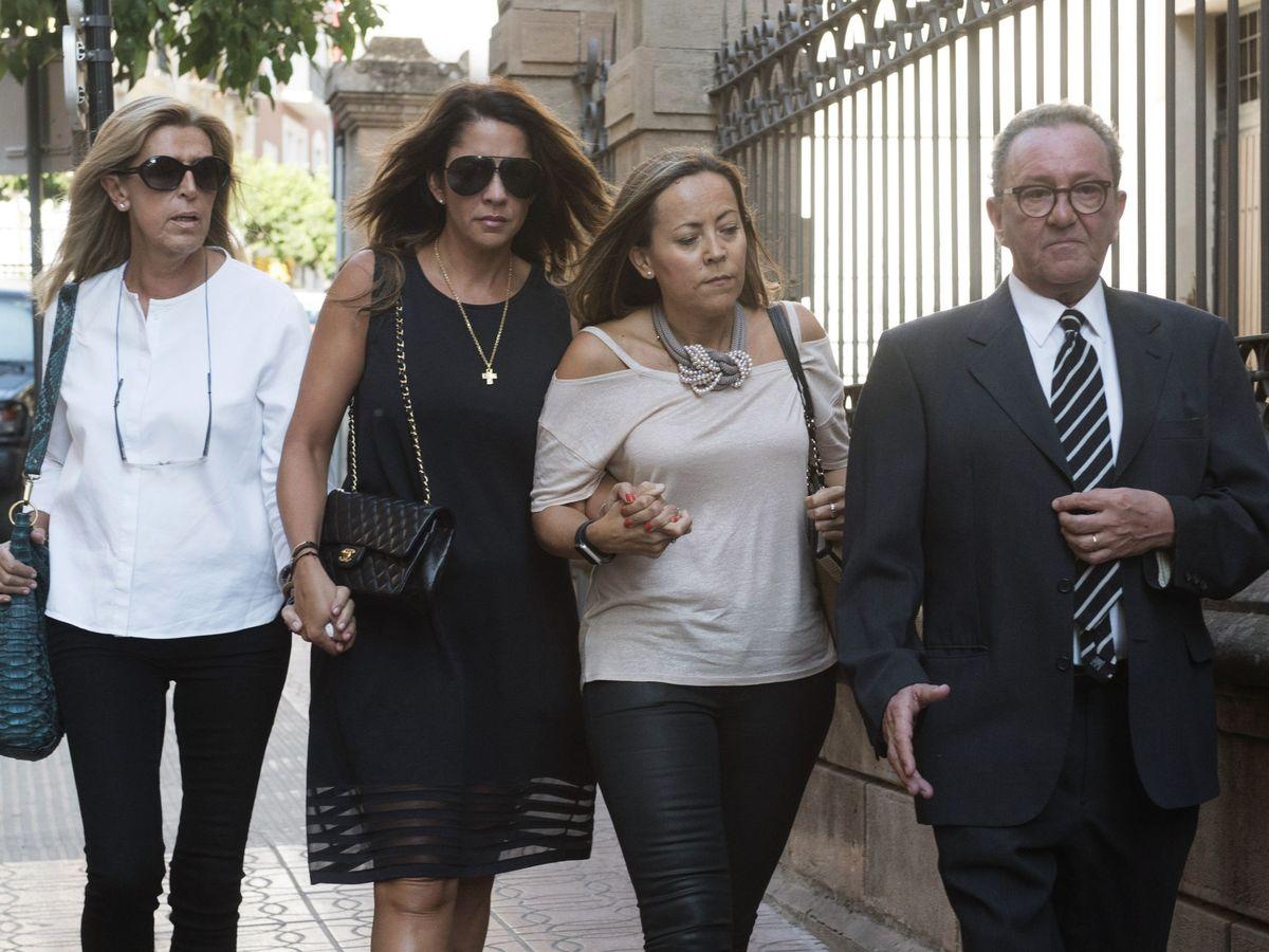 Foto: Gema Gámez (centro), en la misa funeral por Miguel Blesa. (EFE)