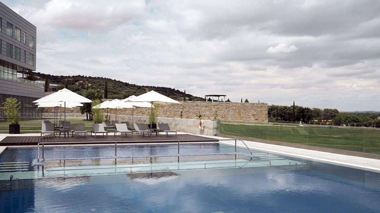 La piscina del Valbusenda, entre olivos. (Cortesía)
