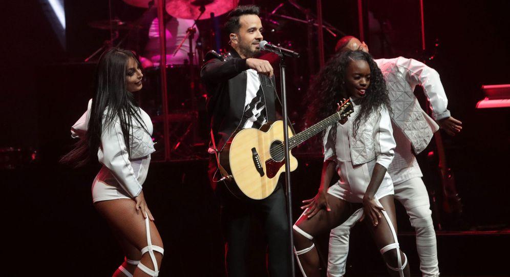 Foto: El cantante y compositor puertorriqueño Luis Fonsi (2-i), durante el concierto de la III edición del Universal Music Festival celebrado en el Teatro Real. (EFE)
