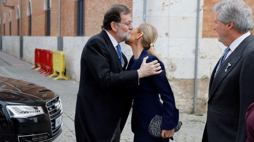 Foto: Imagen de archivo del presidente del Gobierno, Mariano Rajoy (i), saludando a la presidenta de la Comunidad de Madrid, Cristina Cifuentes. (EFE)