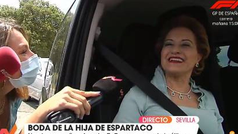 La madre de Ernesto Novales atendiendo a la prensa. (Mediaset)