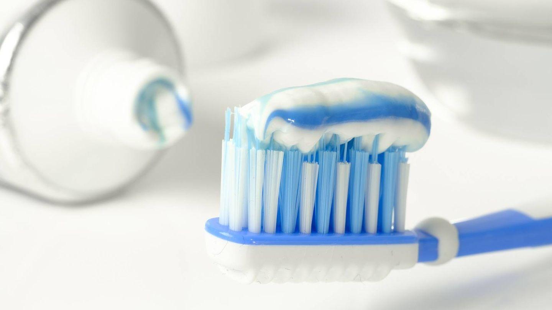 Un cepillo con pasta de dientes. (Pixabay)