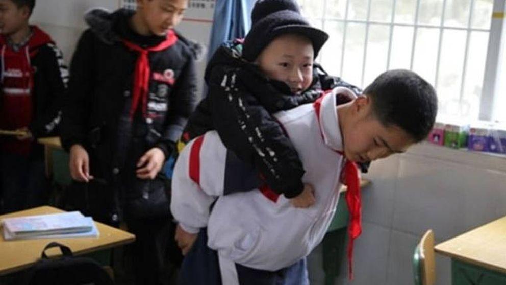 Un niño de 12 años lleva cada día a cuestas al colegio a su mejor amigo