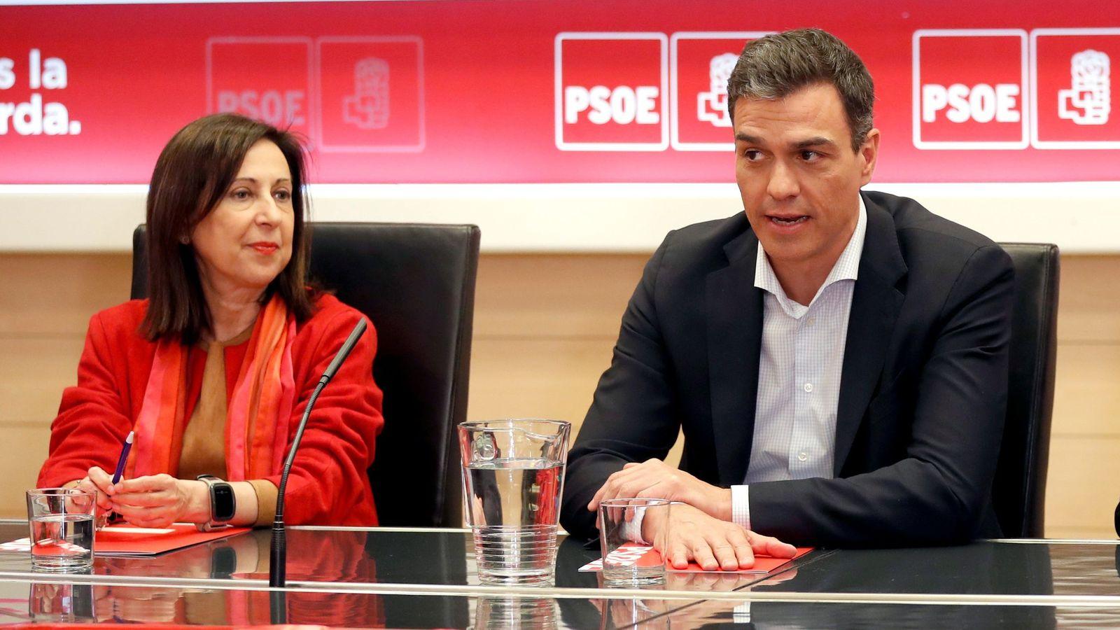 Foto: Pedro Sánchez, junto a Margarita Robles en Ferraz el pasado 6 de abril. (EFE)