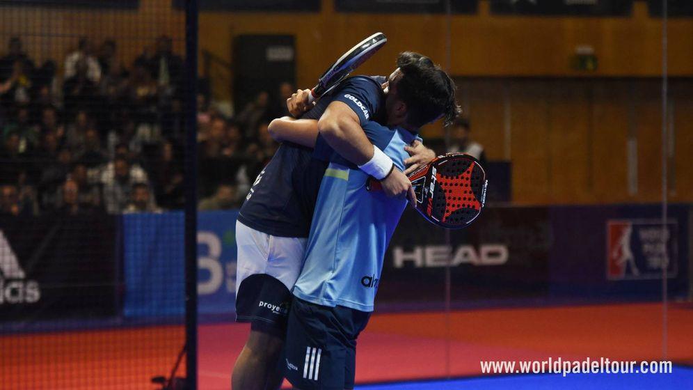 Foto: Ale Galán y Matías Díaz se abrazan tras lograr el pase a semifinales. (World Padel Tour)