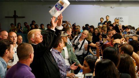 Trump lanza rollos de papel a los afectados por el huracán María en Puerto Rico