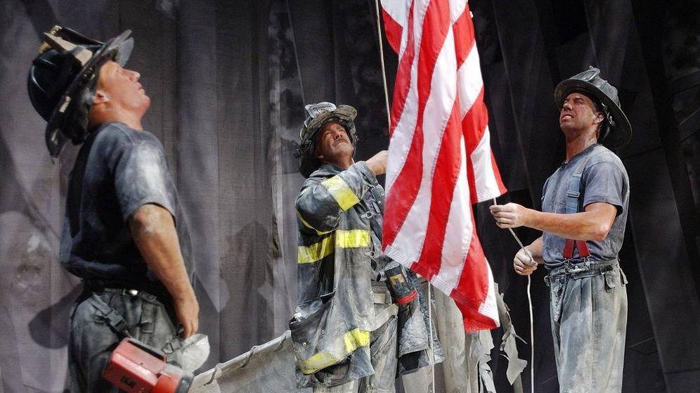 Foto: Un grupo de bomberos sostiene una bandera estadounidense durante el 11-S. (Reuters)