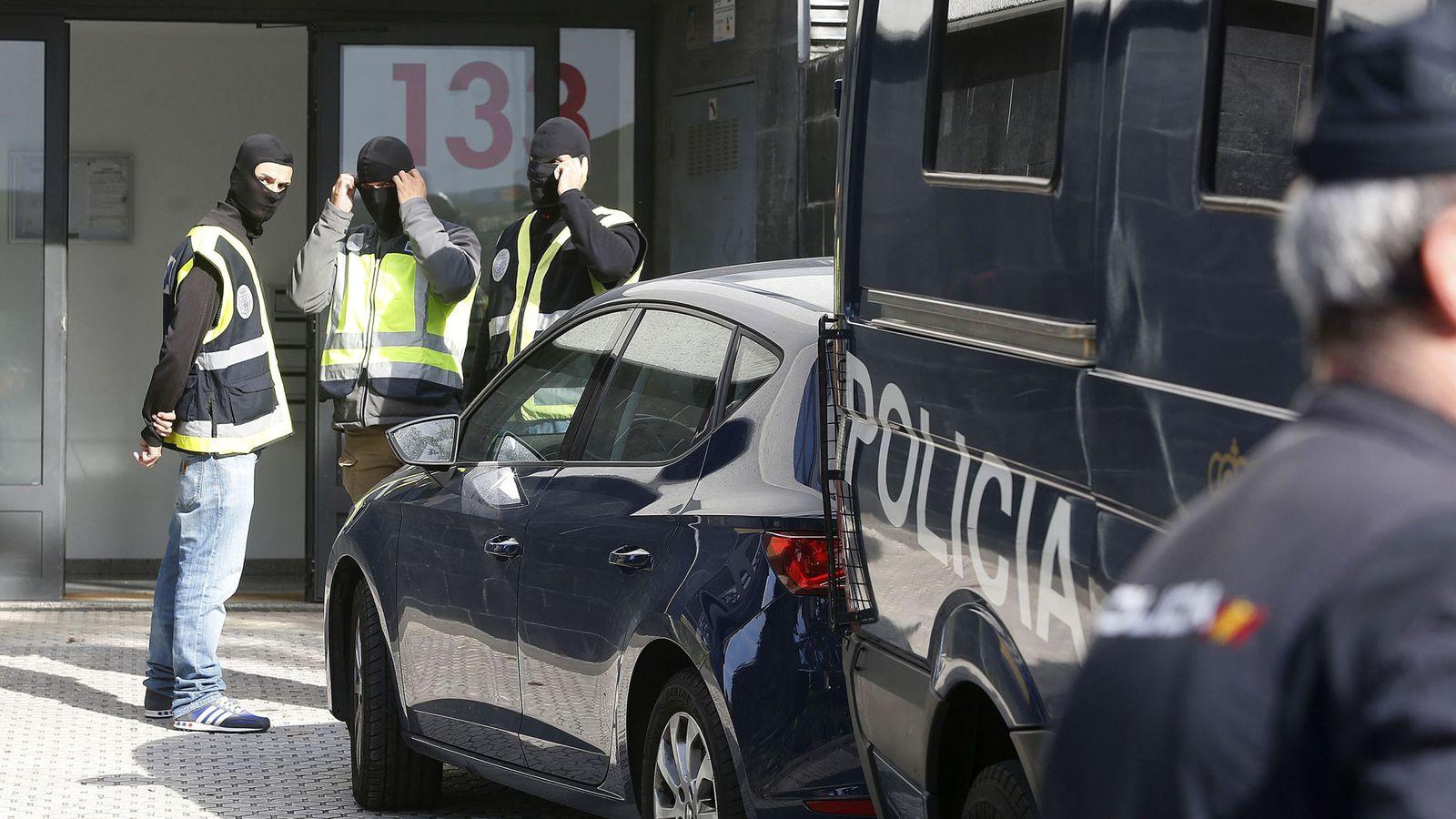 Foto: Miembros de la Comisaría General de Información de la Policía Nacional durante una operación. (EFE)