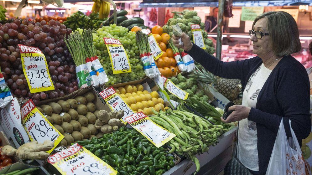 Foto: Una mujer hace la compra en una frutería del mercado Maravilla en Madrid. (EFE)